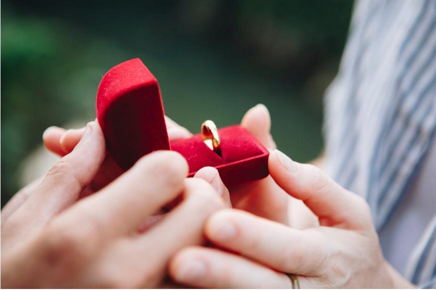 शादी से पहले होने वाली सगाई या इंगेजमेंट का समय किसी भी कपल्स के लिए बहुत खास होता है. इस वक्त में अपने होने वाले लाइफ पार्टनर के साथ नई जिंदगी शुरू करने की बेकरारी तो होती ही है. साथ ही साथ कपल्स चाहते हैं कि इस वक्त में वे एक-दूसरे को अच्छे से समझ लें. मगर इस दौर में कुछ बातों का ध्यान रखना बेहद जरूरी है, जिससे बाद में कोई परेशानी न उठानी पड़े.