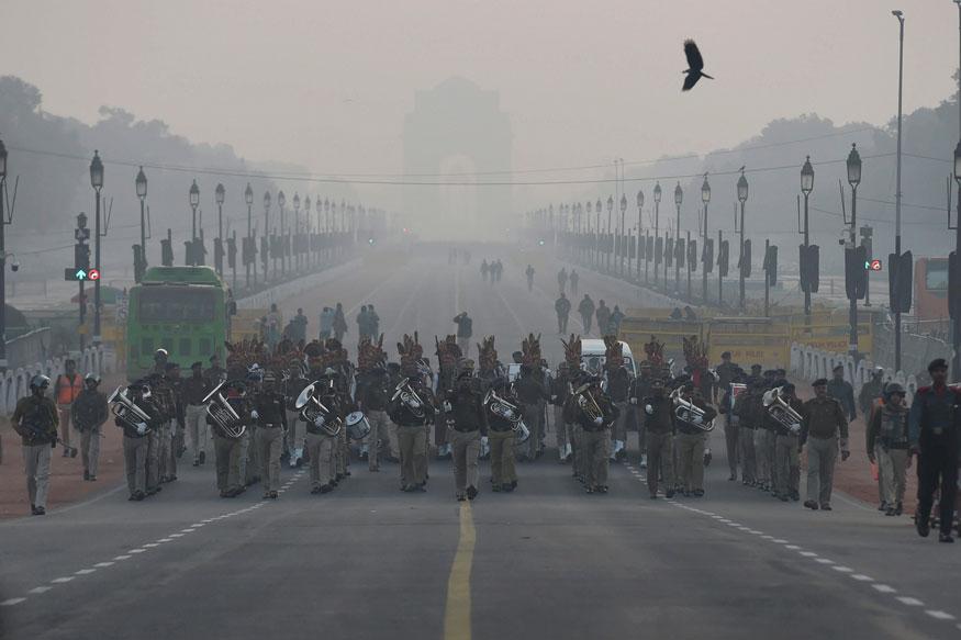 नई दिल्ली में राजपथ पर एकदम सुबह आगामी गणतंत्र दिवस परेड 2019 के लिए रिहर्सल के दौरान नौसेना के जवानों ने मार्च किया. (तस्वीर: पीटीआई/News18)