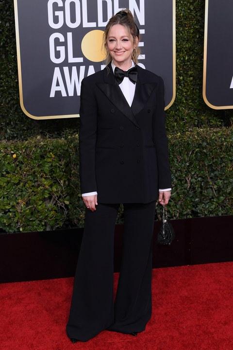 जूडी ग्रीर ने Alberta Ferretti का सूट पहना था. उनकी बैट बॉटम पैंट फैंस को थोड़ी अजीब लगी.