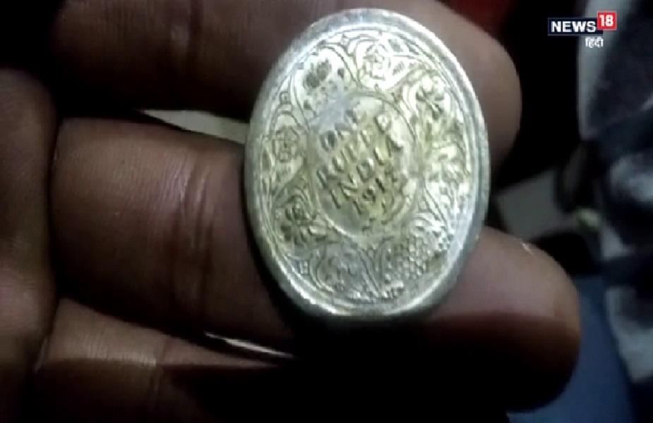 ग्रामीण के हाथ जो मटकी लगी, उसमें सोने-चांदी के सिक्के सहित जेवरात निकले. इसके बाद मौके पर काफी ग्रामीणों की भीड़ लग गई.