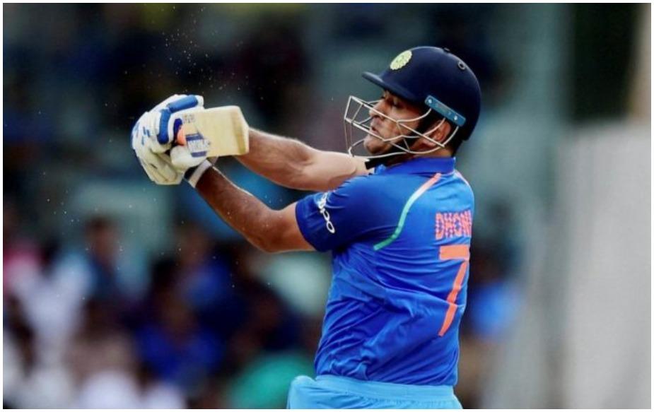 ऑस्ट्रेलिया के खिलाफ सिडनी वनडे के साथ ही पूर्व भारतीय कप्तान एमएस धोनी ने वनडे में भारत के लिए अपने 10 हज़ार रन पूरे कर लिए हैं. भारत की ओर से यह कारनामा करने वाले वह 5वें खिलाड़ी हैं. उनके पहले यह कारनामा सचिन तेंदुलकर, सौरव गांगुली, राहुल द्रविड़ और विराट कोहली कर चुके हैं. उन्होंने ओवरऑल अपने वनडे में 10 हजार रन पिछले साल ही पूरे कर लिए थे लेकिन इस दौरान उन्होंने 3 मैचों में 174 रन एशिया इलेवन के लिए बनाए हैं. इसलिए काफी समय से चर्चा थी कि वह भारत के लिए अपने 10 हज़ार रन कब पूरे करेंगे. बहरहाल धोनी ने वह इंतज़ार खत्म कर दिया है.