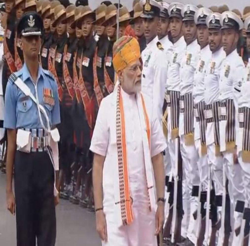 पीएम नरेंद्र मोदी ने लालकिले की प्राचीर पर तिरंगा फहरा दिया है. पीएम मोदी ने छठी बार लालकिले पर तिरंगा फहराया है. ऐसा करने वाले वो देश के चौथे प्रधानमंत्री बन गए हैं. इससे पहले पंडित नेहरू, इंदिरा गांधी और मनमोहन सिंह ने ऐसा किया था.