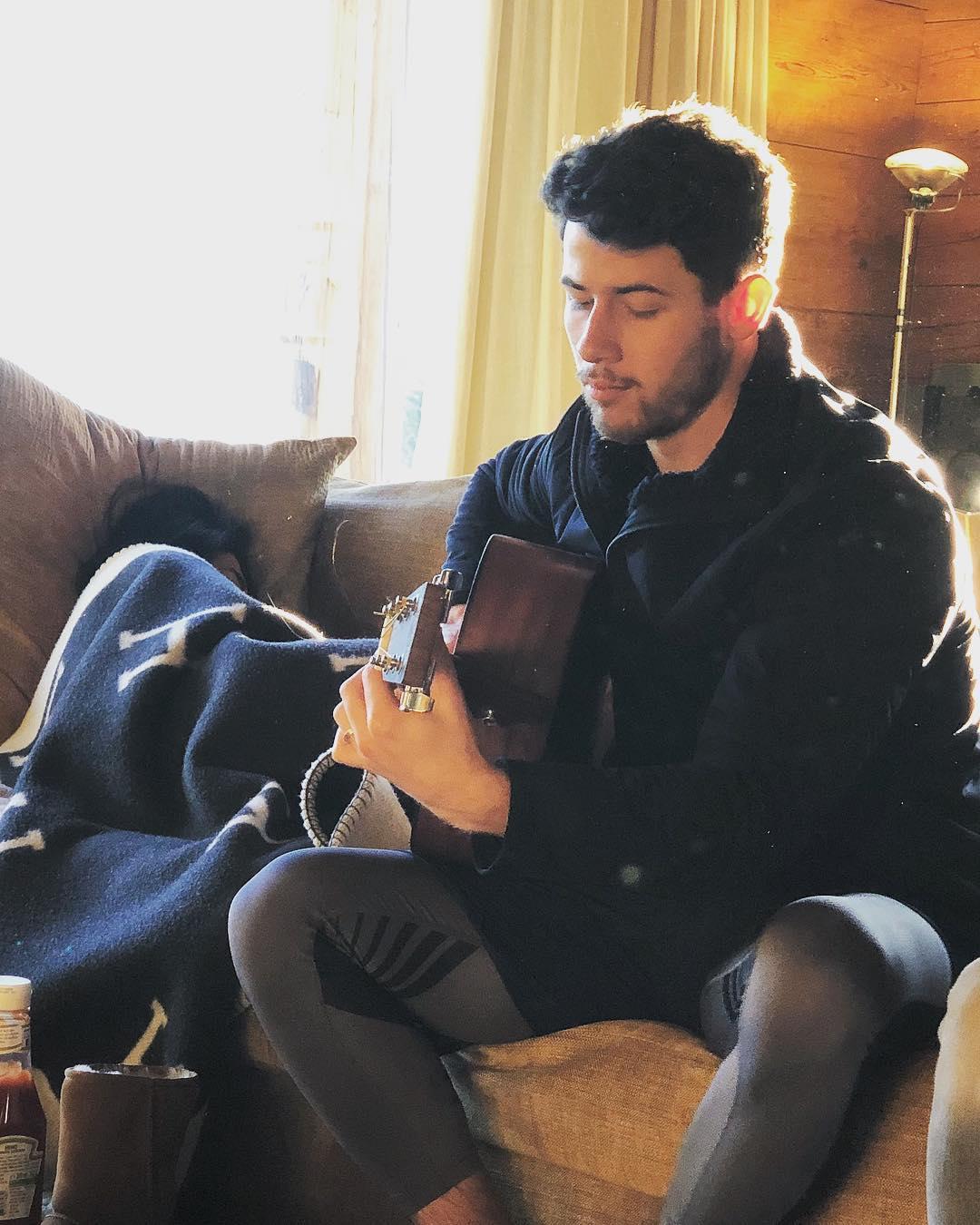ये देखिए ये है वो तस्वीर जो फिलहाल हर तरफ छाई हुई है. इसमें एक तरफ जहां निक जोनस गिटार बजाते नजर आ रहे हैं तो वहीं उनके साथ मौजूद प्रियंका कंबल ओढ़ कर सो रही हैं.