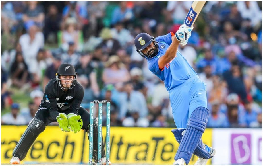 रोहित शर्मा ने आज अपना 200वां वनडे खेला. उन्होंने राहुल द्रविड़ की कप्तानी में डेब्यू किया था. जबकि 100वां वनडे कोहली तो 150वां वनडे धोनी की कप्तानी में खेला. रोहित ने अपने 200वें वनडे में खुद कप्तानी की. रोहित के 150वें और 200वें वनडे में भारत को हार मिली है. जबकि उन्हें दोनों बार ट्रेंट बोल्ट आउट किया है.