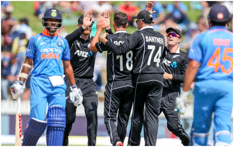 भारतीय टीम ने पांच मैचों की वनडे सीरीज का चौथा मैच आठ विकेट से गंवा दिया है. हालांकि वह सीरीज में अभी 3-1 से आगे चल रही है, पर हैमिल्टन वनडे में मिली शर्मनाकर हार ने रोहित शर्मा एंड कंपनी की धज्जियां उड़ा दी हैं. आखिरी दो वनडे और तीन मैचों की टी20 सीरीज से आराम दिए जाने से पहले नियमित कप्तान विराट कोहली ने वनडे सीरीज के पहले तीनों मैच जीतकर भारत को सीरीज दिला दी थी, लेकिन कप्तान रोहित टीम का अजेय रिकॉर्ड बरकरार रहीं रख सके.