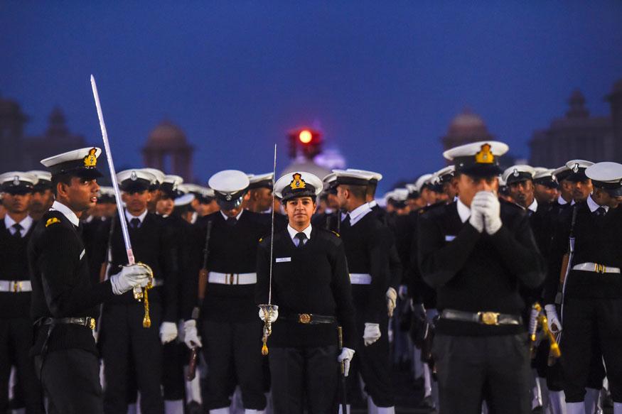 नई दिल्ली में राजपथ पर एक ठंडी सुबह आगामी गणतंत्र दिवस परेड 2019 के लिए रिहर्सल के दौरान नौसेना के जवानों ने गर्मजोशी से परेड की. (तस्वीर: पीटीआई/News18)