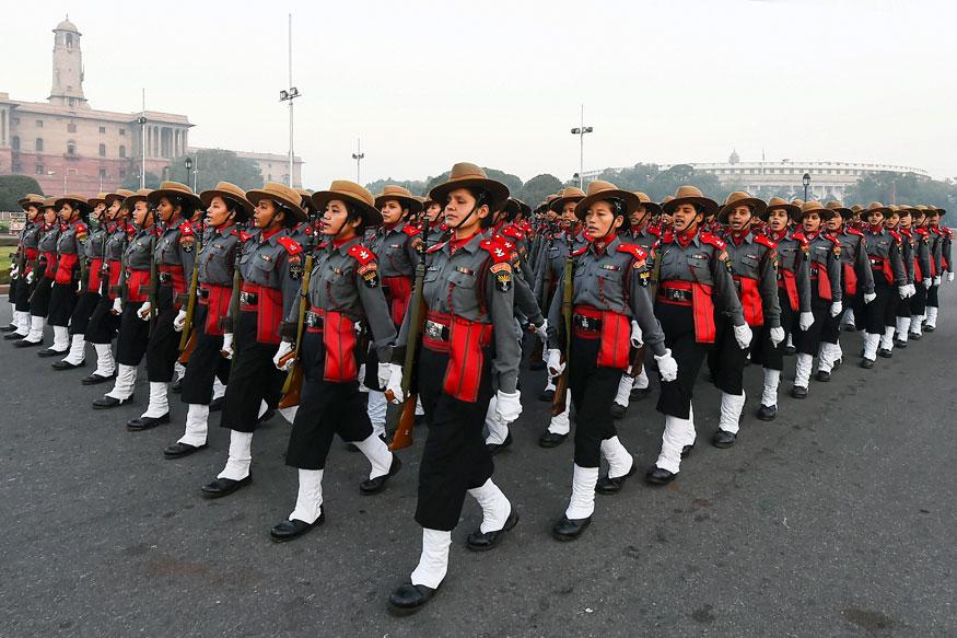 असम राइफल्स महिला सैनिकों ने नई दिल्ली में राजपथ पर एक ठंडी सुबह आगामी गणतंत्र दिवस परेड 2019 के लिए पूर्वाभ्यास के दौरान मार्च किया. (तस्वीर: पीटीआई/News18)