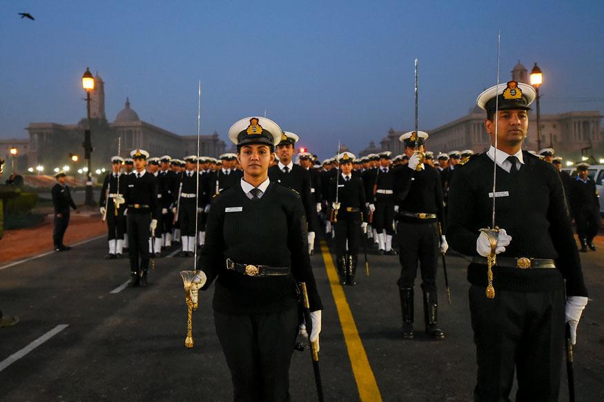 नई दिल्ली में राजपथ पर एक ठंडी सुबह आगामी गणतंत्र दिवस परेड 2019 के लिए रिहर्सल के दौरान नौसेना के जवानों ने मार्च किया. (तस्वीर: पीटीआई/News18)