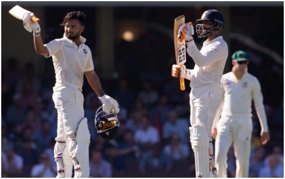 दो दिन हुई मूसलाधार बारिश के बीच सिडनी में भारत और ऑस्ट्रेलिया के बीच खेला गया चौथा टेस्ट रद्द हो गया. इसके साथ ही टीम इंडिया ने सीरीज 2-1 से अपने नाम कर ली है. यह पहला मौका है जब टीम इंडिया ने ऑस्ट्रेलिया में सीरीज जीती है. यही नहीं, यह पहली एशियाई टीम भी है जिसने ऑस्ट्रेलिया में सीरीज जीती है. आंकड़ों पर नजर दौड़ाएं तो पता चलता है कि एशियाई टीम को ये जीत 71 साल, 31 सीरीज, 98 टेस्ट के बाद मिली है. इस दौरान 272 खिलाड़ी खेले और 29 कप्तान बदले गए. इस लिहाज से ये जीत बड़ी नहीं बहुत बड़ी है. बहरहाल, सिडनी टेस्ट बारिश में धुल जाने से मजा किरकिरा हो गया. आकाश चोपड़ा ने भी ट्वीट करते हुए कहा- मैं विराट कोहली की दहाड़ मिस करूंगा. बहरहाल, सिडनी टेस्ट बारिश में धुल जाने से टीम इंडिया और कप्तान कोहली को तीन घाटे हुए हैं.
