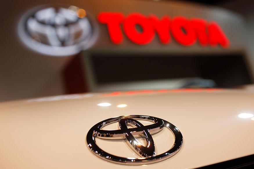 टोयोटा कंपनी की कारें 4% तक महंगी हुई हैं. कंपनी अभी देश में हैचबेक लीवा से एसयूवी लैंड क्रूजर जैसी कई कारें बेचती है