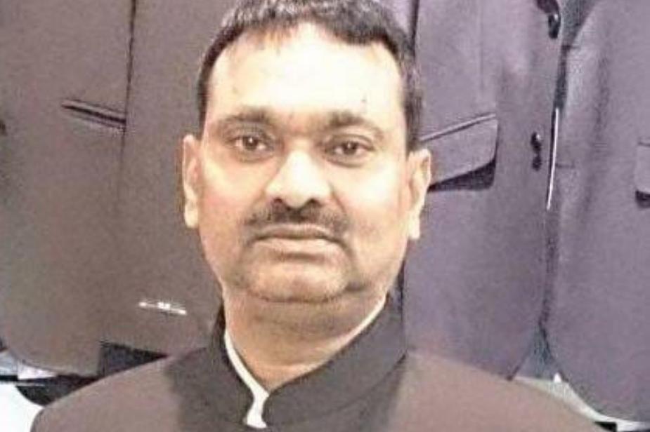 बता दें कि अखिलेश यादव की सरकार में आईएएस बी. चंद्रकला की पोस्टिंग पहली बार हमीरपुर जिले में जिलाधिकारी के पद पर की गई थी. आरोप है कि इस आईएएस ने जुलाई 2012 के बाद हमीरपुर जिले में 50 मौरंग के खनन के पट्टे किए थे.
