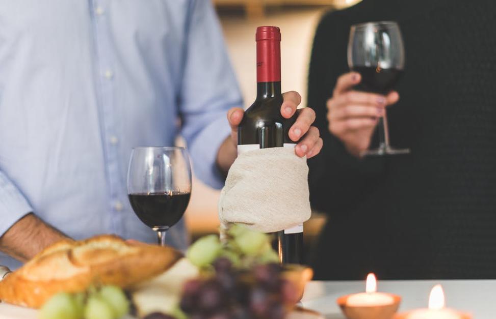 खाना खाते समय मुंह से आवाज नहीं आनी चाहिए. यहां तक कि खाना खाते समय अपनी कोहनियों को भी टेबल पर न टिकाएं.