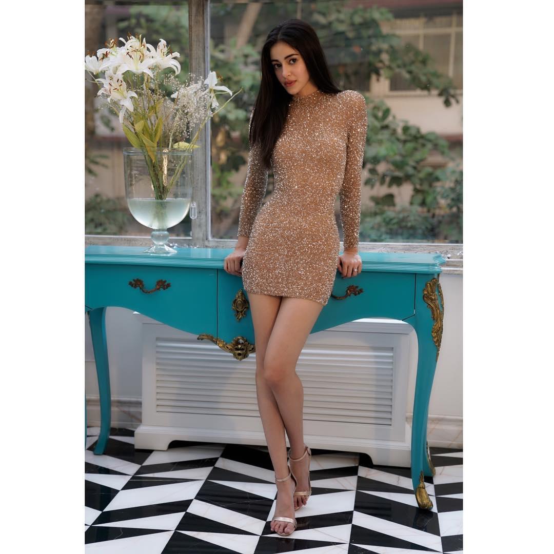 हाल ही में अनन्या ने अपने इंस्टाग्राम अकाउंट पर कुछ हॉट तस्वीरें शेयर की हैं. इन तस्वीरों में वो बॉडीकॉन ड्रेस में काफी खूबसूरत नजर आ रही हैं.