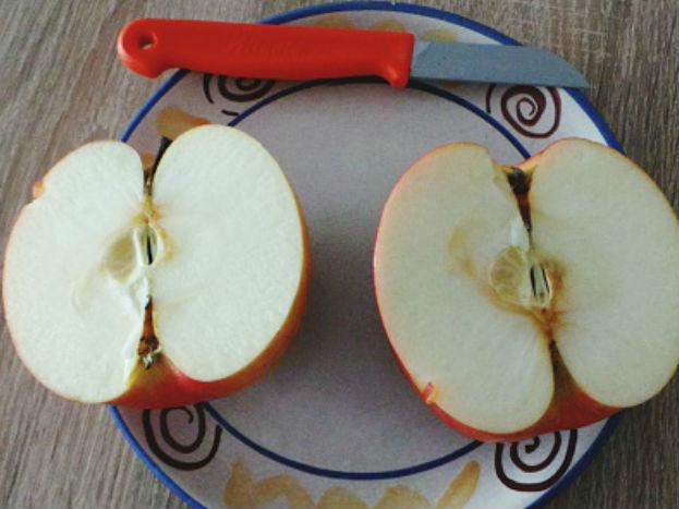 एप्पल साइडर विनेगर से भी सेब की वैक्स हटाई जा सकती है. इसके लिए पेपर तौलिया या साफ कपड़े पर एप्पल साइडर विनेगर लगाकर उससे सेब को साफ कर उसे धोकर खाएं. इन सभी ऑप्शन डके अलावा सेब को छीलकर तो खा ही सकते हैं. हालांकि सेब को छीलने से उसके छिलके में मौजूद फाइबर निकल जाता है.