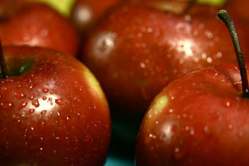 वैक्स हटाने के लिए एक चम्मच नींबू के रस या सिरका और बेकिंग सोडा को पानी में मिलाकर उसमें भी एक-दो मिनट तक सेब को डुबोएं. फिर बाहर निकालकर सेब को वेजिटेबल ब्रश से स्क्रब कर पानी की टंकी की धार से धोएं.