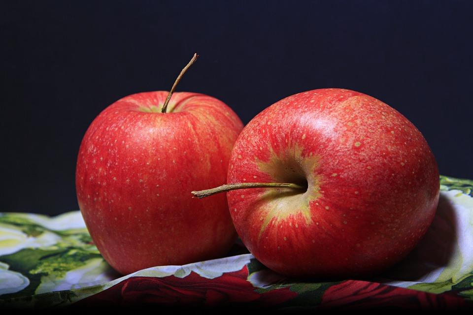 डॉक्टर्स के मुताबिक, सेब को खाने से पहले गर्म पानी में एक-दो मिनट तक डुबोए रखें. गर्म पानी से बाहर निकाल कर फिर से पानी की टंकी की धार से धोएं.