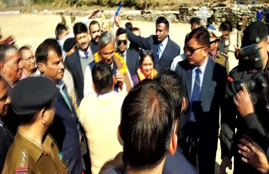 गेंद मेले में बतौर मुख्यअतिथि पहुंचे सूबे के मुख्यमंत्री त्रिवेंद्र सिंह रावत का फूल माला से स्वागत किया गया.