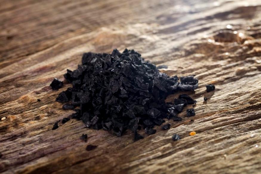 ब्लैक हवाईयन सॉल्ट: इसे ब्लैक लावा सॉल्ट के तौर पर भी जाना जाता है. इसे भी समुद्र से ही निकाला जाता है. एक्टीवेटेड चारकोल की मात्रा भी होने के कारण यह गहरे काले रंग का होता है. इसके दाने बराबर नहीं होते, पोर्क और सीफूड जैसे खानों के फिनिशिंग सॉल्ट के तौर पर इसका इस्तेमाल किया जाता है.