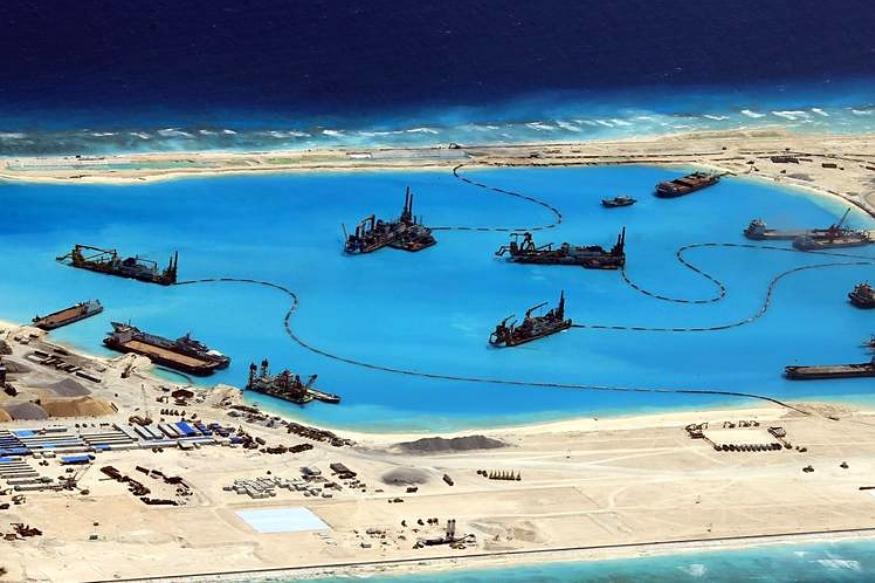 ऐसे में चीन ने दक्षिण चीन सागर में अपने दावे को और मजबूत करने के लिए एक हैरान करने वाला और डरावना कदम उठाया है. उसने समुद्र के बीच नकली द्वीपों का निर्माण शुरु कर दिया है.