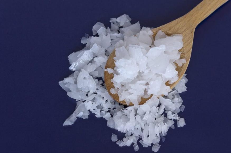 फ्लेक सॉल्ट: इसे नमकीन पानी से वाप्पीकरण के जरिए निकाला जाता है. यह पतली परत वाला, गैर बराबर कणों वाला और सफेद होता है. लेकिन इसमें खनिजों की मात्रा कम होती है. इसे मीट आदि खानों के लिए फिनिशिंग सॉल्ट के तौर पर प्रयोग किया जाता है.