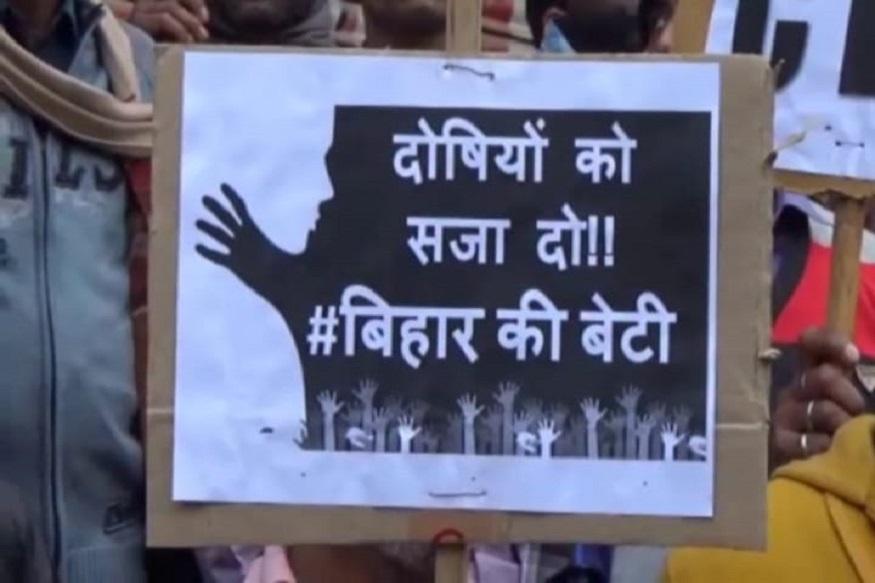इस घटना में समय रहते पुलिस पर कार्रवाई नहीं करने का आरोप लगाते हुए मानपुर पटवा टोली के हजारों महिला-पुरूष सड़क पर उतर आए हैं. वे पुलिस पर केस को डायवर्ट करने और परिजनों को प्रताड़ित करने का आरोप लगा रहे हैं.