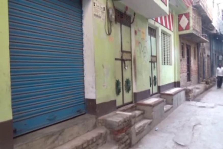 प्रदर्शन कर रहे लोगों का कहना है कि वजीरगंज कैंप के DSP अभिजीत कुमार सिंह ने परिजनों को टॉर्चर किया और जबरन उनसे ऑनर किलिंग की बात स्वीकार करवाई है. इसके विरोध में पटवा टोली के सभी लूम अनिश्चितकालीन बंदी पर चले गए हैं.