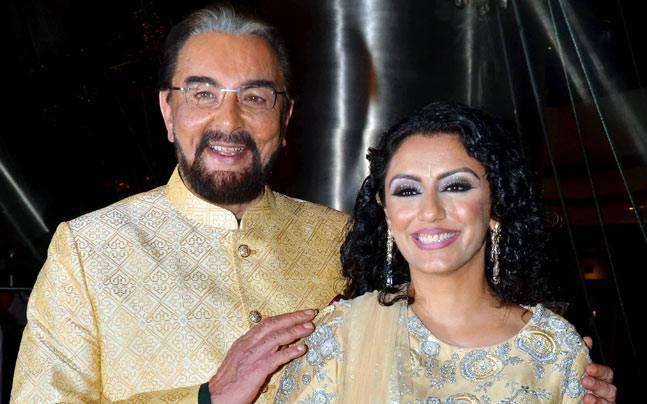 इसके बाद 70 साल की उम्र में कबीर ने परवीन दोसांज से चौथी शादी की. परवीन एक टीवी प्रोड्यूसर हैं. 10 सालों तक एक दूसरे को डेट करने के बाद साल 2016 में दोनों ने शादी कर ली. बता दें कि कबीर की चौथी पत्नी परवीन, कबीर की बेटी पूजा बेदी से 4 साल छोटी हैं. वहीं इस शादी के बाद खबरें आई थी कि कबीर और उनकी बेटी पूजा से रिश्ते खराब हो गए थे.