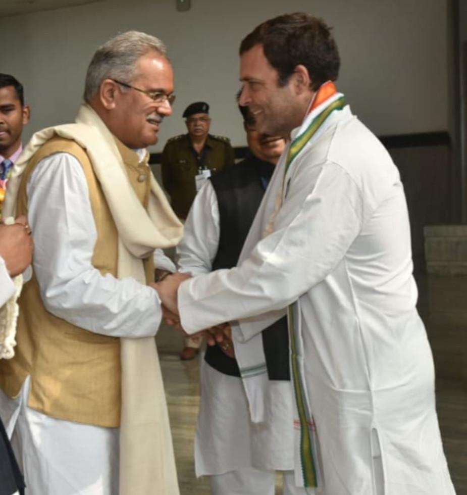 सीएम भूपेश बघेल ने कहा कि देश में कांग्रेस की सरकार जब भी बनी है. किसानों के हित में काम किया है. केन्द्र की मोदी सरकार पर भूपेश बघेल ने निशाना साधा. सीएम बघेल ने कहा कि देश में संवैधानिक संस्थाओं को कमजोर करने का काम मौजूदा केन्द्र सरकार कर रही है. भूपेश बघेल ने कहा कि राहुल गांधी का मतलब किसानों का कर्ज माफ, समर्थन मूल्य 25 सौ रुपये होना है. यदि देश को बचाना है तो राहुल गांधी को प्रधानमंत्री बनाना है.