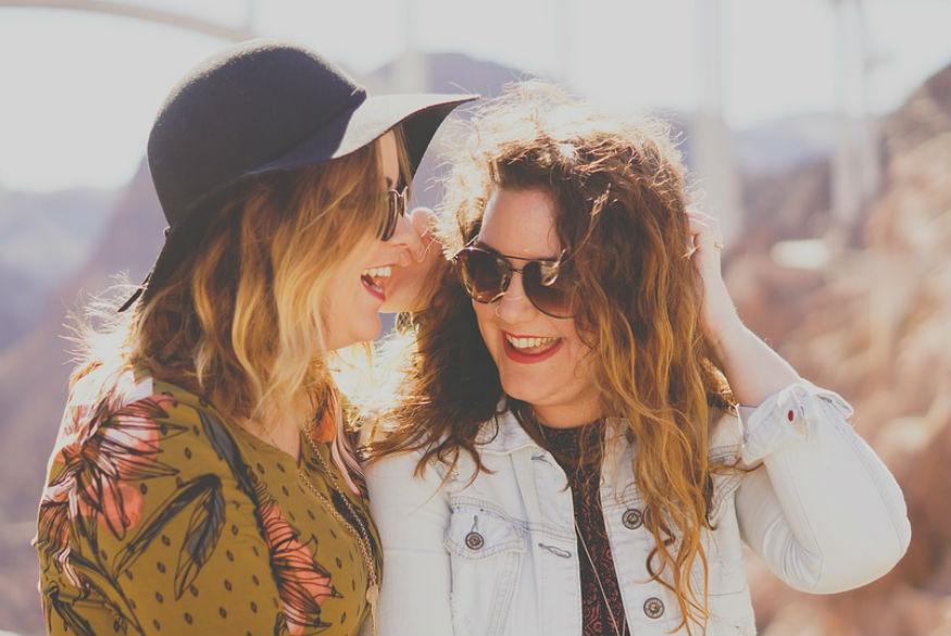 हंसने और मुस्कुराने से इंसान की खूबसूरती कई गुना बढ़ जाती है. एक हंसता -मुस्कुराता चेहरा जहां अपने आस-पास सकारात्मक माहौल पैदा करता है वहीं लोग भी उसके प्रति आकर्षित होते हैं. ऐसा भी कहा गया है कि हर दिल खोलकर हंसने से मांसपेशियां, आंखें, ह्रदय और जबड़ा स्वस्थ रहता है. आइए जानते हैं हंसने के फायदे.