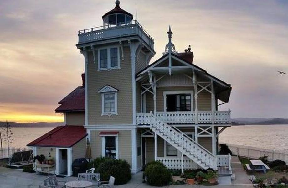 CNN की रिपोर्ट के मुताबिक ईस्ट ब्रदर लाइट स्टेशन सैन पाब्लो खाड़ी में स्थित लाइटहाउस के लिए केयरटेकर की जरूरत है. ये लाइटहाउस साल 1874 में बनाया गया था. फिलहाल अमेरिकी तटरक्षक बल इस लाइटहाउस का मालिक है और इसका देखभाल गैर-लाभकारी समूह ईस्ट ब्रदर लाइटहाउस करता है.