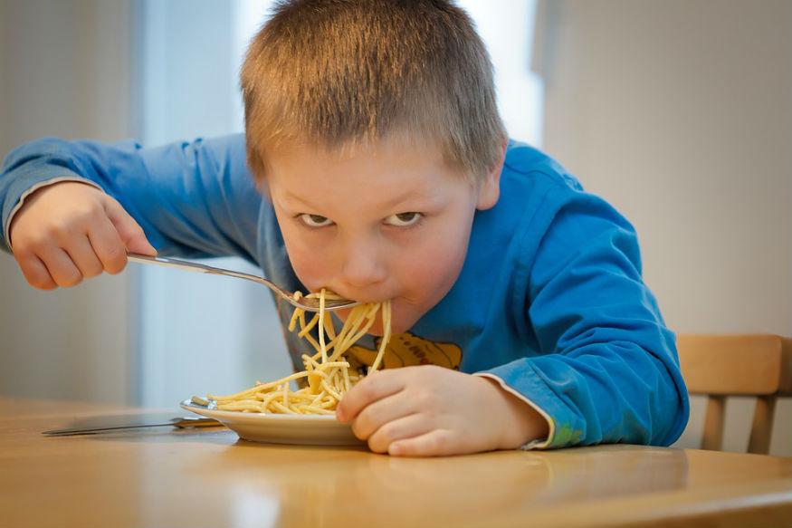 खाना बनाने का जब बिलकुल मन न करे तो कई बार हम '2 मिनट..मैगी नूडल्स' बनाना पसंद करते हैं. इसे बनाने वाली इसके स्वाद और सेहतमंद होने का दावा पेश करती है. मैगी की पंच लाइन ही है- 'टेस्ट भी हेल्थ भी'. लगभग हर उम्र के लोगों को इसका स्वाद काफी पसंद होता है. हर दिल अजीज मैगी में कई ऐसे तत्व हैं जो सेहत के लिए बेहद हानिकारक हैं. आइए जानते हैं क्यों नहीं खानी चाहिए आपकी मैगी.