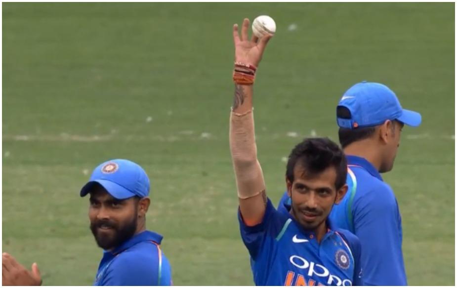 ऑस्ट्रेलिया के खिलाफ मेलबर्न में खेले गए तीसरे और सीरीज के फाइनल वनडे में युजवेंद्र चहल ने गजब की गेंदबाजी की और 6 विकेट झटक डाले. चहल को इस सीरीज के शुरुआती दोनों मैचों में मौका नहीं दिया गया था लेकिन जैसे ही उन्हें मौका मिला उन्होंने कहर बरपा दिया. यह उनका वनडे का सबसे बेहतरीन गेंदबाजी प्रदर्शन है. इसके पहले उन्होंने द. अफ्रीका के खिलाफ सेंचुरियन में 22 रन देकर 5 विकेट झटके थे. इस मैच में चहल का गेंदबाजी प्रदर्शन 10 ओवरों में 42 रन देकर 6 विकेट रहा.