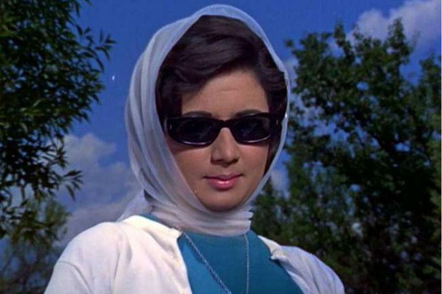 हिंदी सिनेमा जगत की मशहूर अदाकारा नंदा भले ही आज हमारे बीच नहीं हैं. लेकिन रुपहले पर्दे पर उनके द्वारा निभाए गए किरदार आज भी दर्शकों को याद हैं. 8 जनवरी 1939 को जन्मीं नंदा अपने दौर की खूबसूरत और बेहतरीन अदाकाराओं में से एक रही हैं. जब उन्होंने बॉलीवुड में अपने अभिनय करियर की शुरुआत की तो उन्हें ज्यादातर हीरोइन की छोटी बहन के रोल के लिए कास्ट किया जाता था.