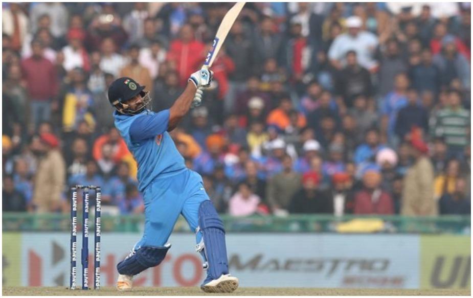 रोहित शर्मा को ऑस्ट्रेलिया के खिलाफ रन बनाने में मजा आता है. उन्होंने कंगारू टीम के खिलाफ 60 से ज्यादा के औसत से रन बनाए हैं और इस दौरान छक्के भी जमकर लगाए हैं. सिडनी वनडे में भी रोहित रंग में नजर आए और ऑस्ट्रेलियाई गेंदबाजों पर जमकर बरसे. इसके साथ ही उन्होंने वनडे में ऑस्ट्रेलिया के खिलाफ सबसे ज्यादा छक्के लगाने का रिकॉर्ड अपने नाम कर लिया है. भले ही रोहित वनडे में छक्के लगाने के मामले में चौथे नंबर पर हों लेकिन ऑस्ट्रेलिया के खिलाफ 83 छक्के लगाने वाले दुनिया के इकलौते बल्लेबाज बन गए हैं. दिलचस्प बात ये है कि वनडे में 351 छक्के लगाने वाले अफरीदी और 275 छक्के लगाने वाले क्रिस गेल भी इस रिकॉर्ड को अपने नाम नहीं कर पाए.