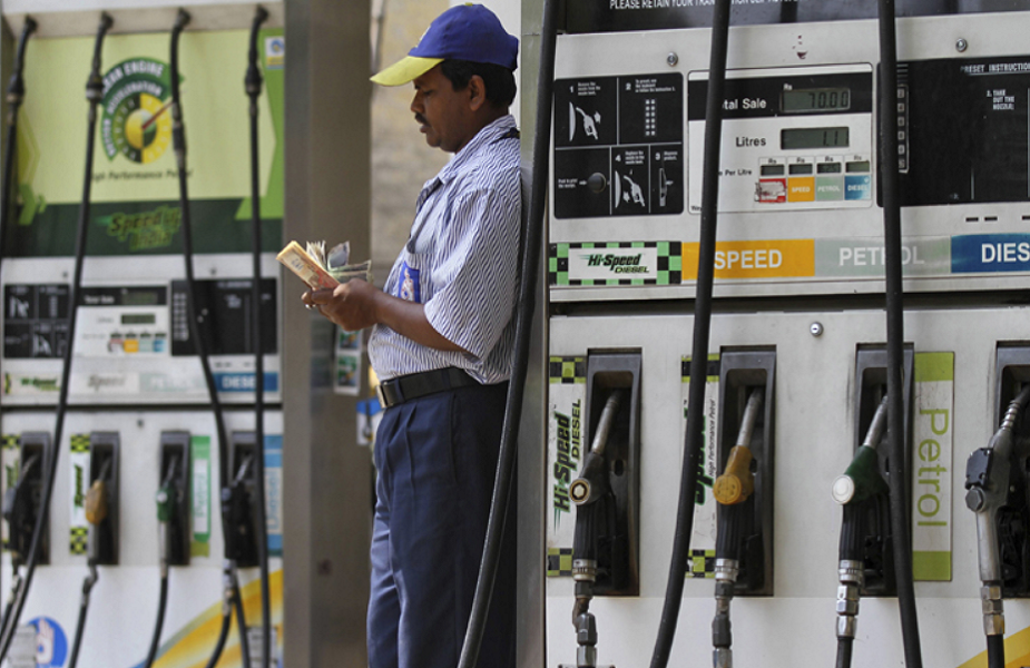 पेट्रोल और डीजल के दामों में लगातार कभी कुछ पैसों की कमी तो कभी कुछ पैसों की वृद्धि हो रही है. कच्चे तेल की कीमतों में गिरावट के असर की वजह से ऐसा हो रहा है. शुक्रवार को बिहार के कई बड़े शहरों में पेट्रोल डीजल की कीमतों में बदलाव देखने को मिला. राजधानी पटना में पेट्रोल 32 पैसे प्रति लीटर सस्ता हुआ है. जबकि डीजल की कीमत में भी 28 पैसे प्रति लीटर की वृद्धि हुई है. बिहार के बड़े शहरों में आज क्या हैं पेट्रोल डीजल के दाम आगे देखें.
