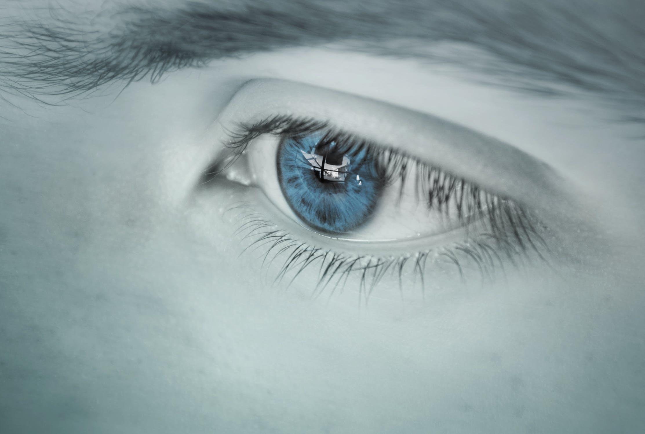 शोध के मुताबिक अगर कोई शख्स कॉन्टैक्ट लेंस लगाकर सो जाता है तो उसकी आंखों की रोशनी जा सकती है.