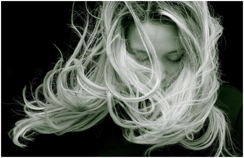 रूखे और बेजान हो चुके बालों के लिए अनार के बीज से बना हेयर ऑइल प्रयोग करना चाहिए. इसमें ट्राइकोसैनिक एसिड होता है जिससे बालों में चमक आती है और बालों को पोषण मिलता है जिससे वो मजबूत होते हैं.