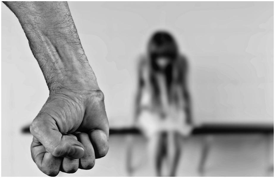 इस सर्वे में शामिल 54 प्रतिशत लोगों का मानना है कि अगर महिला बिना बताए घर से बाहर घूमने जाती है तो उसे डांटना फटकारना गलत नहीं है. वहीं कुछ लोग इसके लिए महिलाओं पर हाथ उठाने की बात भी स्वीकार करते हैं.