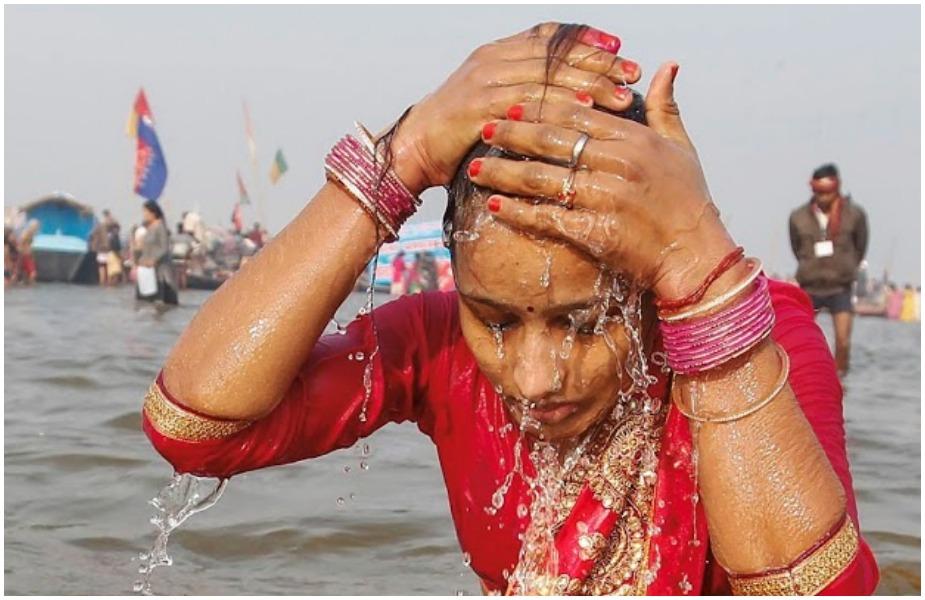 हिंदू धर्म शास्त्रों के मुताबिक़, मकर संक्रांति के दिन महिलाओं और लड़कियों को बाल धोकर स्नान नहीं करना चाहिए.
