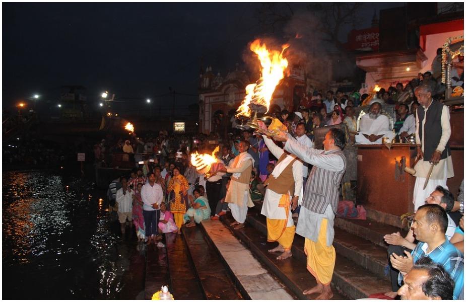 हिंदू पंचांग की गणना के मुताबिक़, जब सूर्य धनु राशि से मकर राशि में प्रवेश करता है तो उस दिन मकर संक्रांति का त्योहार होता है. इस साल 14 जनवरी की शाम को 7 बजकर 28 मिनट पर सूर्य मकर राशि में प्रवेश करेगा. संक्रांति हमेशा सुबह मनाई जाती है, इसलिए सूर्य जब शाम के समय मकर राशि में प्रवेश करता है तो अगले दिन सुबह मकर संक्रांति का त्योहार मनाया जाता है. यही कारण है कि इस बार मकर संक्रांति 15 जनवरी को मनाई जाएगी.