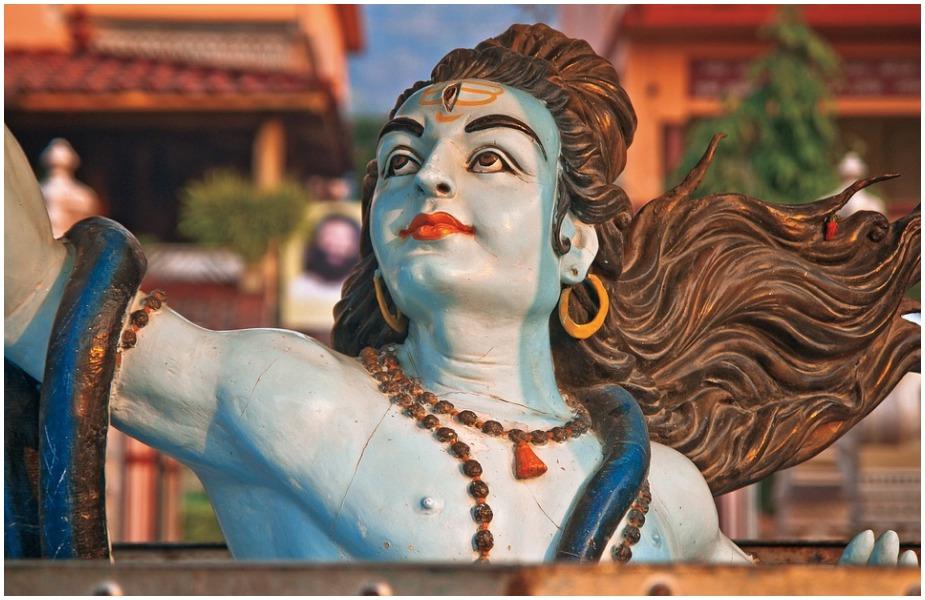 ग्रहण समाप्त होने के बाद पास के ही किसी मंदिर में जाकर भगवान की पूजा-अर्चना करें. इससे मन के सारे विकार नष्ट हो जाते हैं.