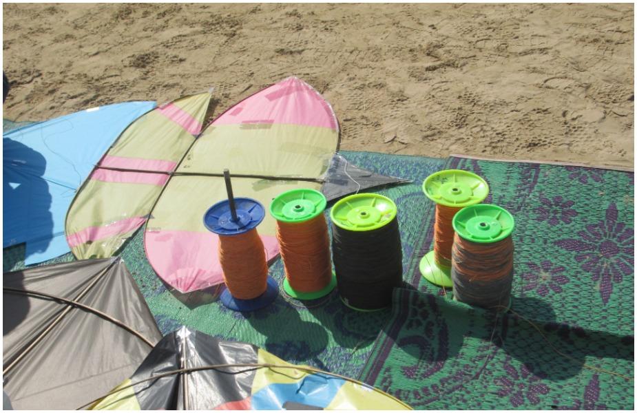 फर्श पर पतंग बनाने के लिए आपने जो कागज़ लिया है उसे बिछा लीजिए.