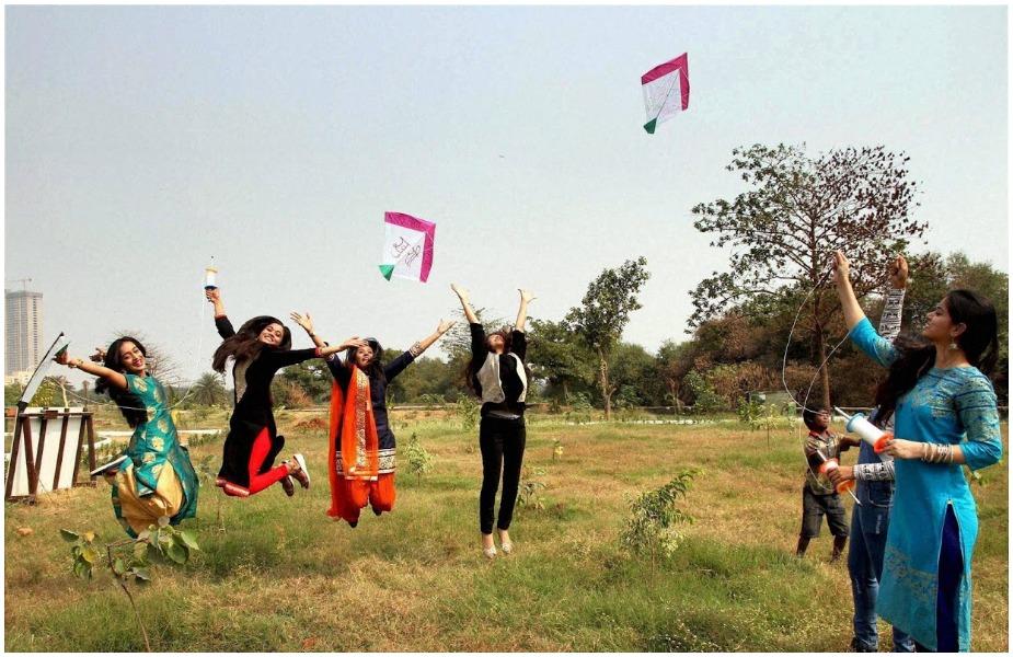 अपने साथी से पतंग को छुरैया देने को कहिये और आप थामिए पतंग की डोर. फिर देखिए कैसे उड़ेगी आपकी पतंग आसमान में.