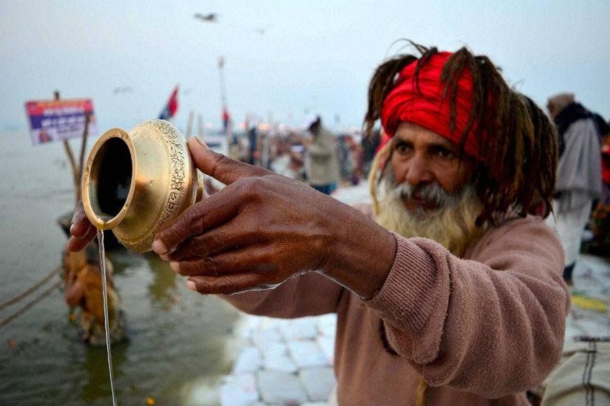 मकर संक्रांति के दिन स्नान दान का काफी महत्व है. अमूमन यह त्योहार खरमास के बाद 14 जनवरी को मनाया जाता है. लेकिन पिछले कई सालों से हिंदू पंचांग में मकर संक्रांति 15 जनवरी को पड़ रही है. इस बार भी इस त्योहार को लेकर लोगों के मन में काफी उहापोह है कि मकर संक्रांति 14 जनवरी को है या फिर 15 जनवरी. कई ज्योतिषियों और कैलंडर के मुताबिक़, यह 14 और 15 जनवरी दोनों दिन मनाई जाएगी. आइए जानते हैं इस दिन क्या करना शुभ है और क्या नहीं करना चाहिए.