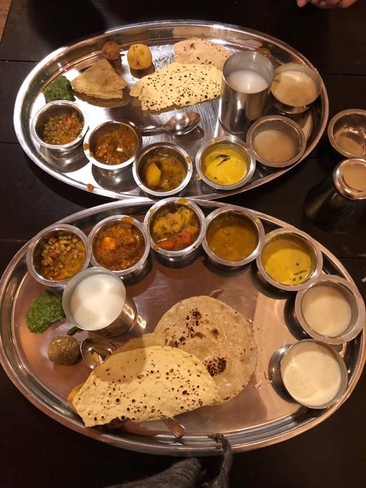 रजवाड़ी थाल, उदयपुर. रोसईघर- गुजराती. यहां पर एक थाली की कीमत 250 रुपए है. यहां की एक थाल में लगभग 7-8 तरह की सब्जी, पकौड़े, रोटी, चावल, खिचड़ी, मीठे में गुलाबजामुन, मलीदा, सौंफ भरा खूजर दिया जाता है.