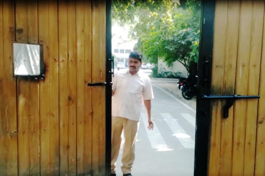 पूर्व मुख्यमंत्री वसुंधरा राजे वर्तमान में भी इसी बंगले में रह रही है. उन्हें बंगला आवंटित किए जाने के आदेश में यह भी कहा गया है कि विभाग का यह आदेश जयपुर उच्च न्यायालय में लंबित रिट याचिका मामले के अधीन रहेगा.