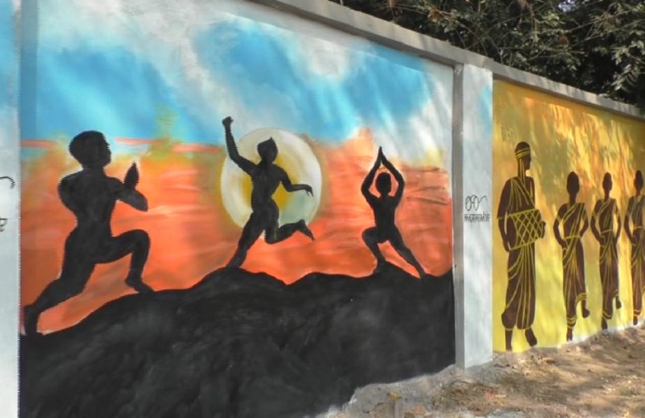 जमशेदपुर को टॉप पर लाने के लिए शहर की सभी दीवारों को रंग-बिरंगी पेटिंग से रंगा गया है. इस पेटिंग मे झारखंण्ड समेत अन्य राज्यों की सांस्कृतिक झलक को लोगों के बीच दर्शाया गया है. अक्षेस विभाग द्वारा स्वच्छ भारत अभियान के तहत उड़न दस्ता का निर्माण किया गया है, जो खुले में शौच करने वालों पर नकेल कसते हुए उन लोगों से जुर्माना वसूल रहा है.
