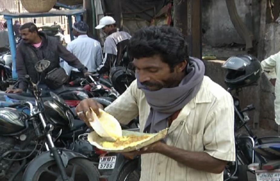 कमेटी अध्यक्ष ने कहा कि स्वामी विवेकानंद का कहना है कि नर सेवा ही नारायण सेवा है. यह उसी दिशा में हमारा यहछोटा सा प्रयास है. इस अवसर पर भोजन ग्रहण करने वाले गरीब लोगों के चेहरे पर चमक साफ नज़र आई.