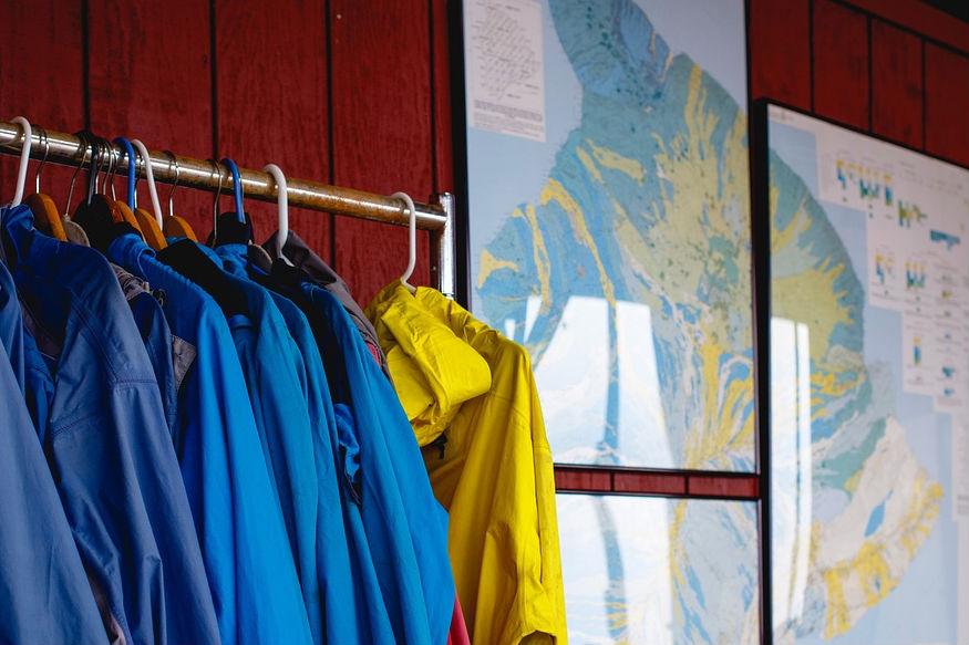 अपने बाकी के कपड़ों से एक्सरसाइज वाले कपड़े अलग रखें. कुछ ऐसा पहनें जिसमें हवा आ-जा सके.