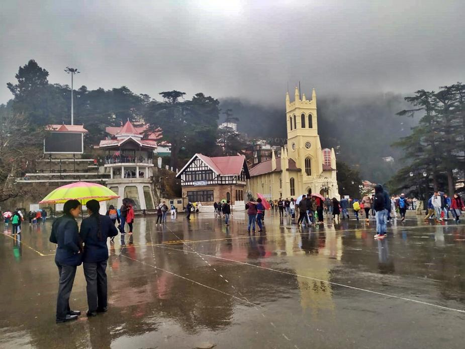 पहाड़ों की रानी शिमला में गुरुवार को मौसम के कई रंग देखने को मिल रहे है.